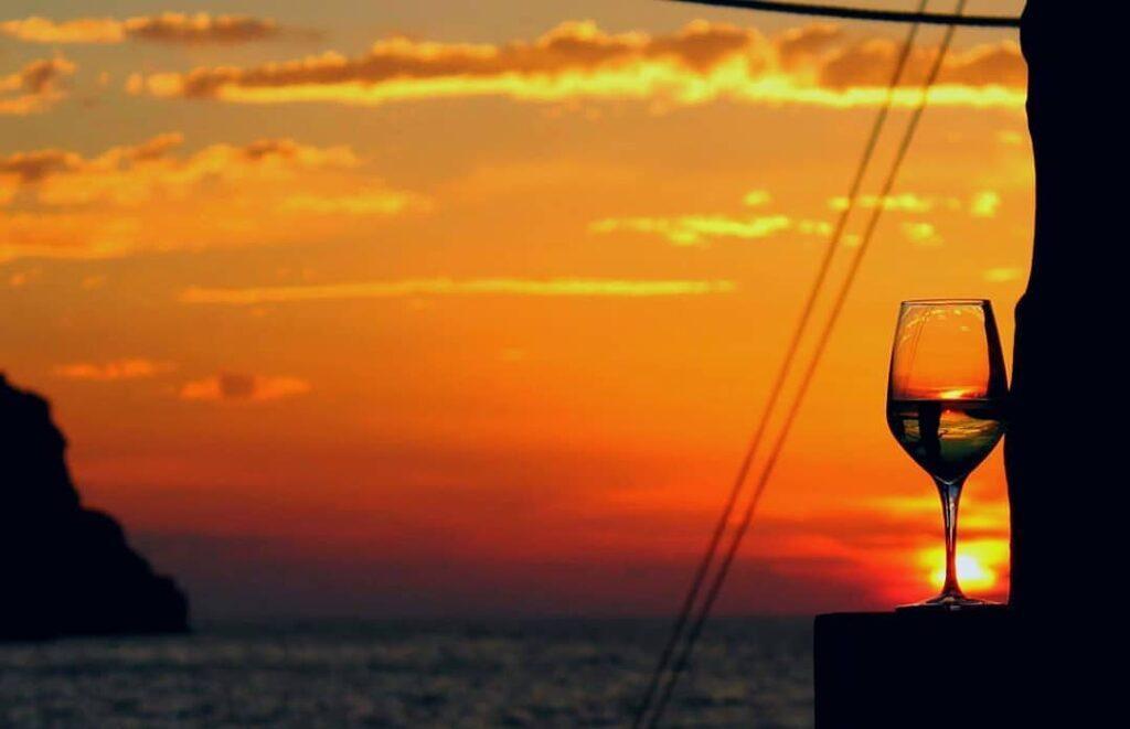 Bere del Vino al Tramonto